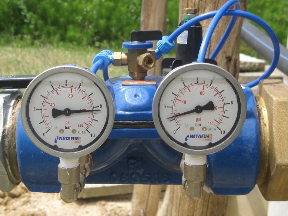 Regolatore di pressione con valvola di controllo in ghisa e pilota in plastica